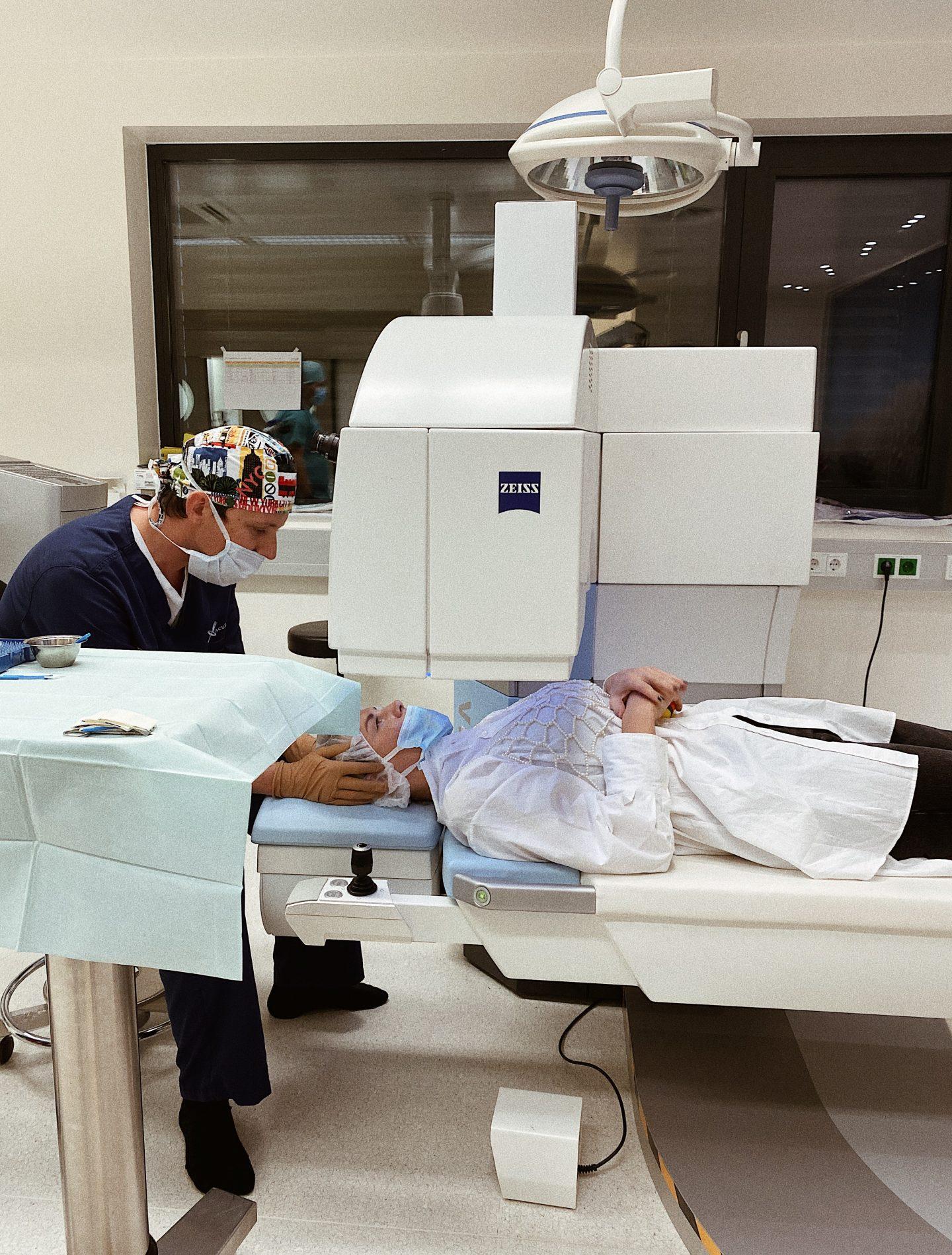 Dr. Riha im Amadeus Augenzentrum